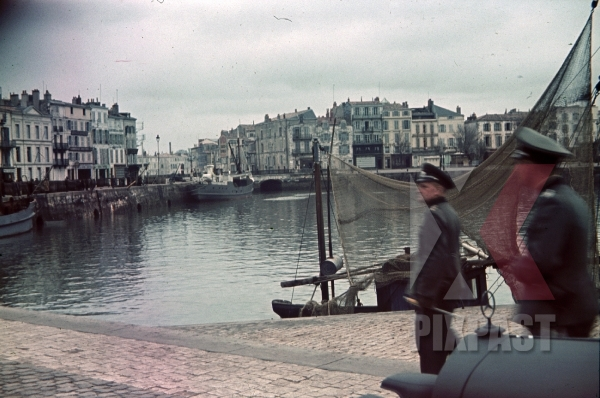 stock-photo-german-officers-with-staff-car-inspect-area-in-la-rochelle-harbour-france-1940-4th-panzer-division-12331.jpg
