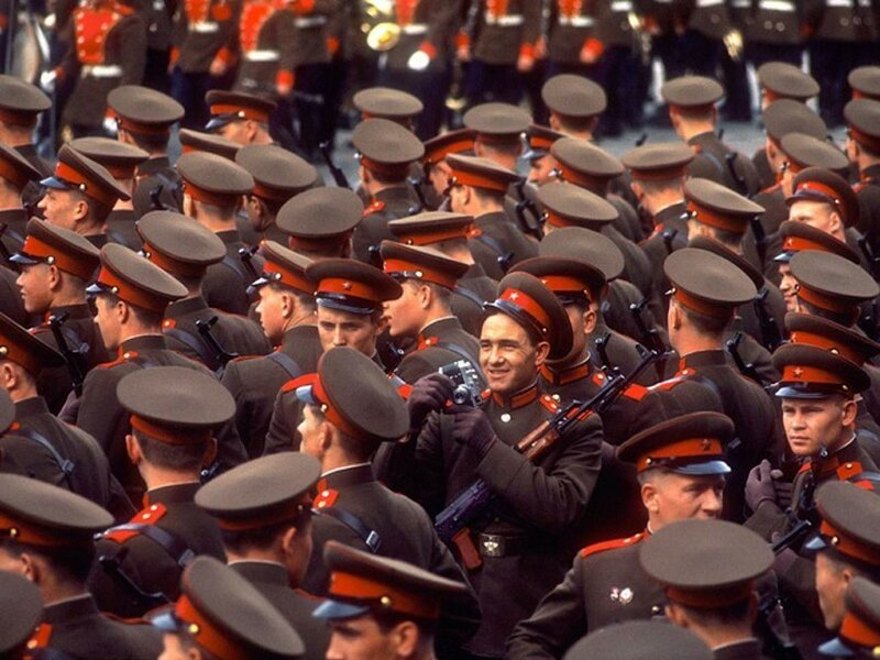 1966 Советский солдат фотографирует первомайский парад. Москва. Дин Конгер.jpg