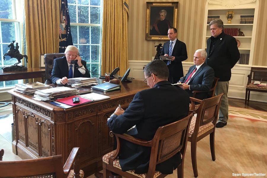 Трамп разговаривает с Путиным, 28.01.17.png