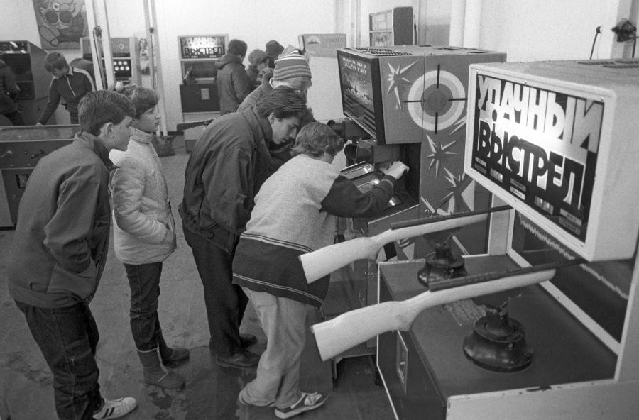 На фото Зал игровых автоматов Центрального парка культуры и отдыха имени А.М. Горького, 1986 год.jpg