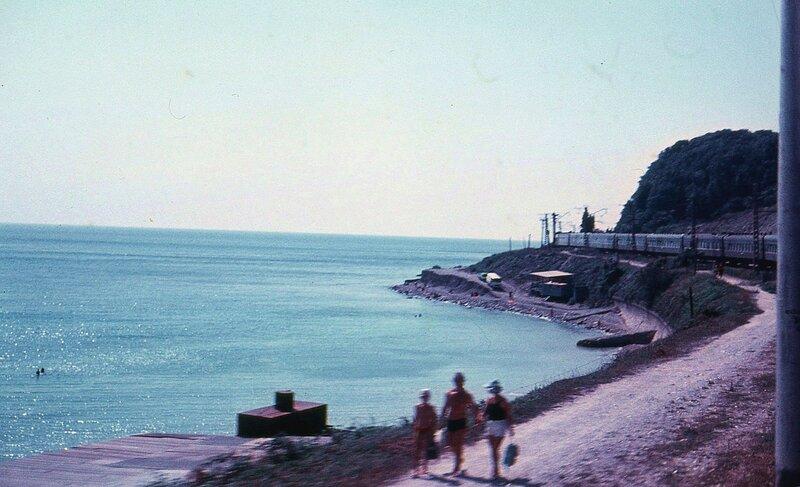 Железная дорога идёт по берегу моря