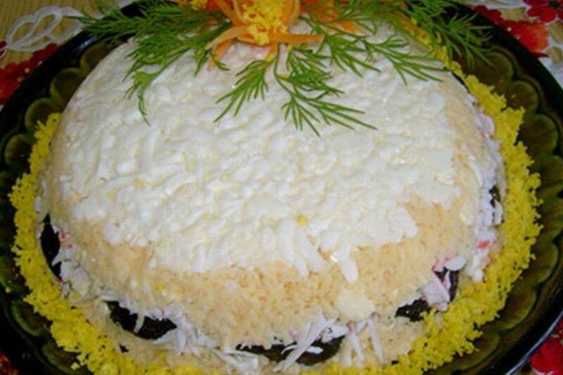 Красивый салатик с черносливом к праздничному столу   яйца, орехи, крабовые палочки, сыр