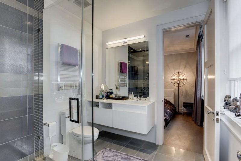 К некоторым спальням прилегают ванные комнаты.
