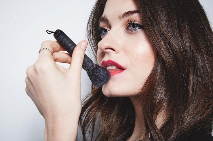 Спомощью объемной кисти нанеси навсю поверхность губ рассыпчатую пудру. Немного«повбивай» еев