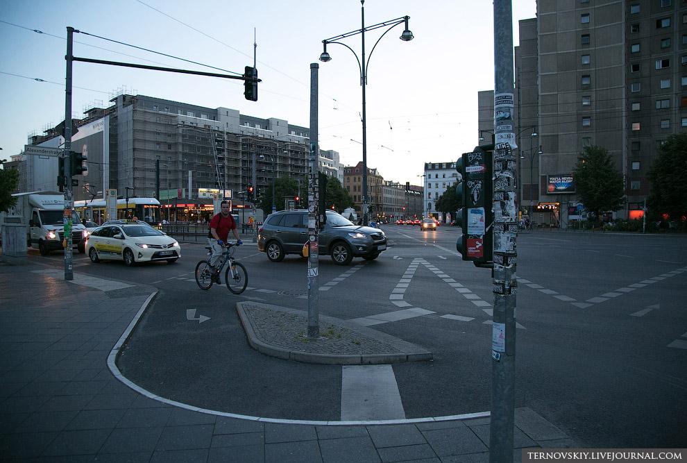 3. И это не велопарад у людей! Это обычный день, жители Берлина едут по делам. И давайте погово