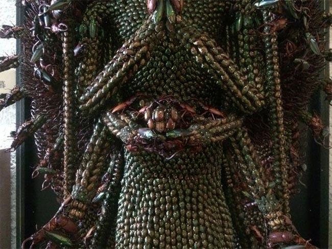 В общей сложности скульптора ушло более 20 000 насекомых на построение этой статуи, что намного