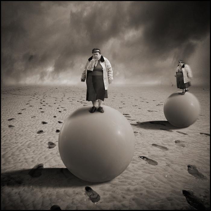 Сёстры близняшки на воздушных шарах.