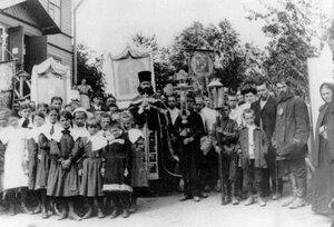 Группа жителей ст. Сергиево с иконами встречают гостей.