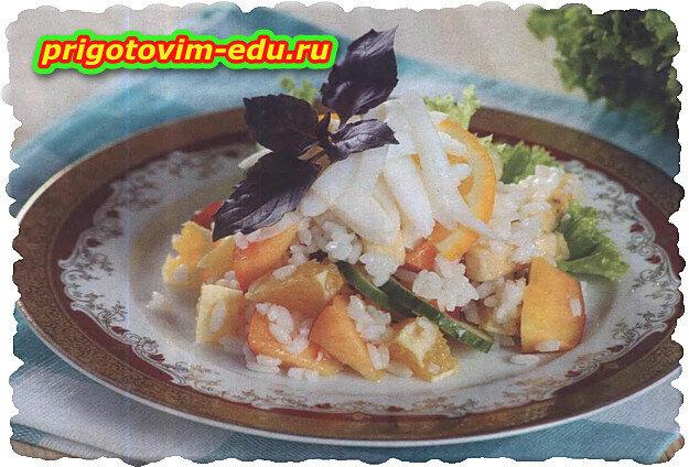 Салат из кальмаров , риса и фруктов