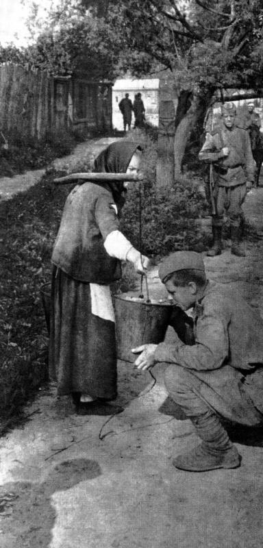 2.Советский солдат пьет воду из ведра жительницы деревни.jpg