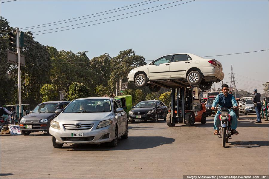Как эвакуируют машины в Пакистане