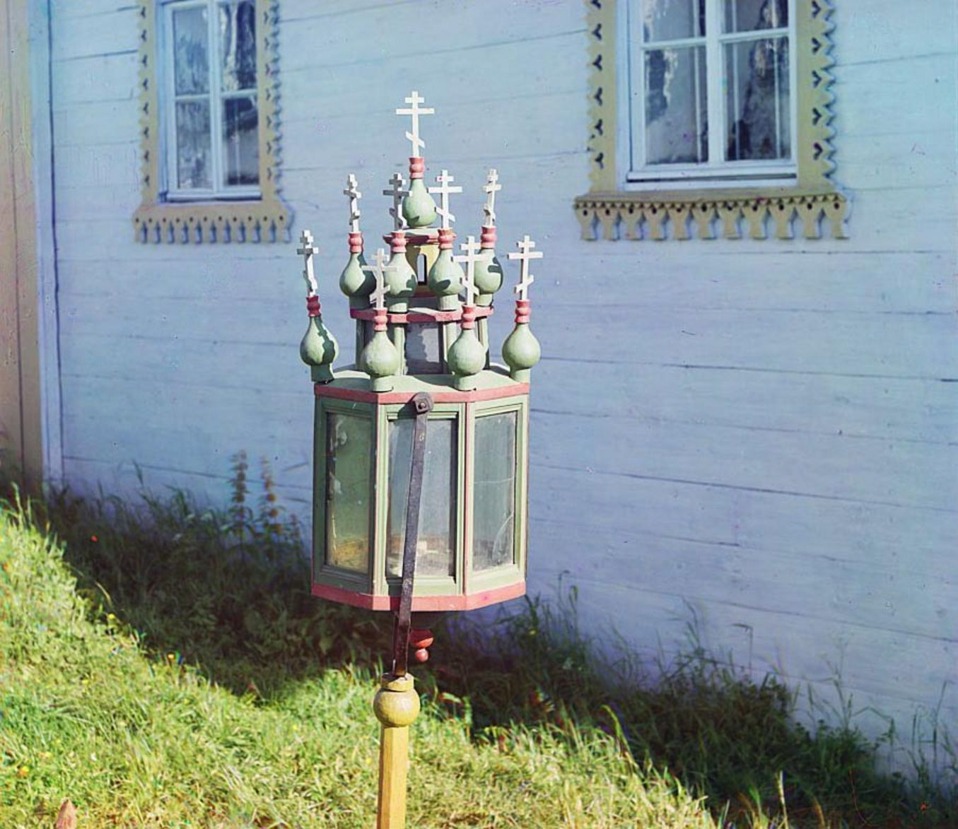 Девятины. Старинный фонарь в церкви Успения Божией Матери.