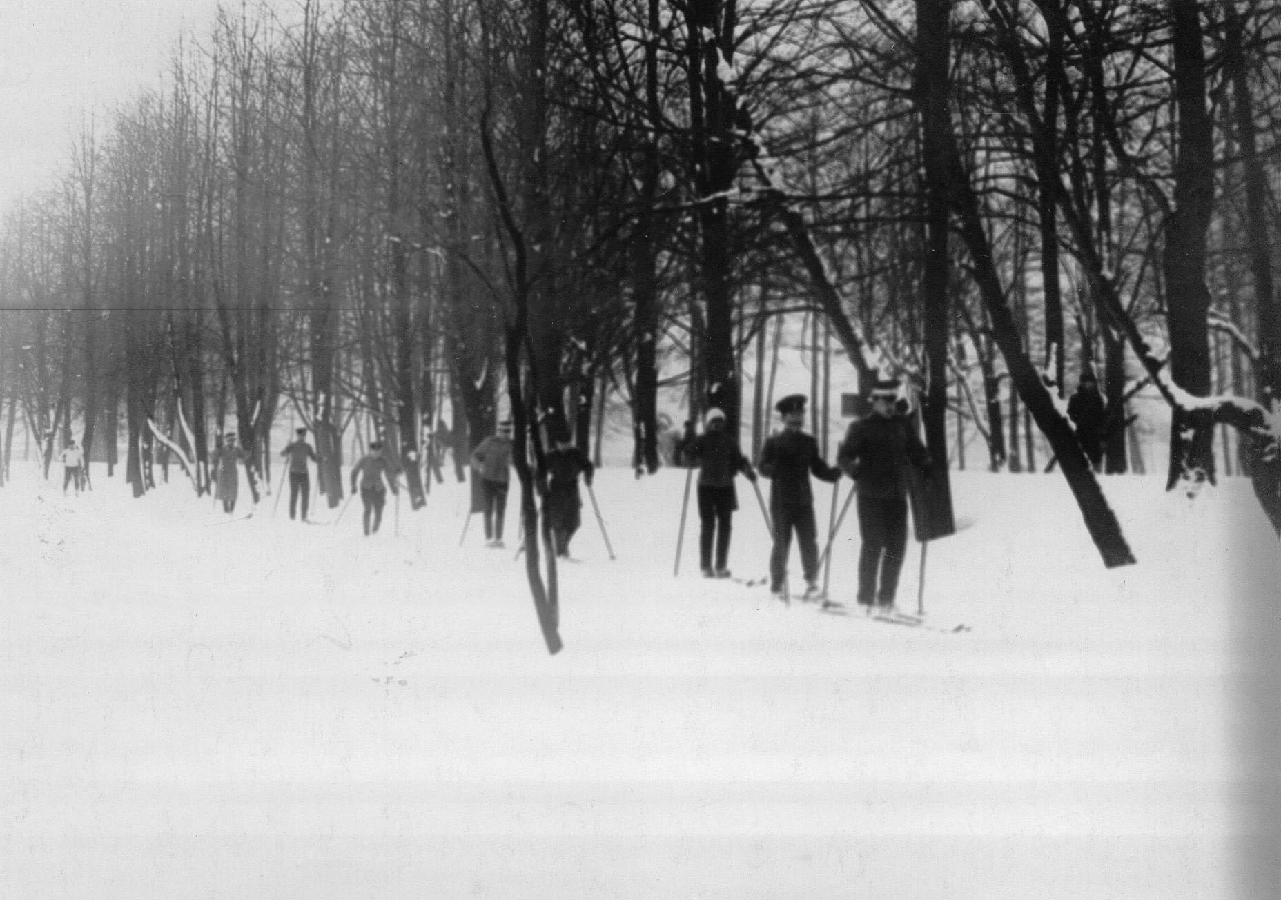 Офицеры, слушатели школы, во время лыжных соревнований на Крестовском острове