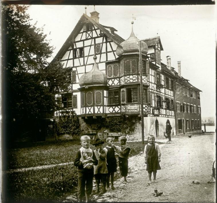 1907. Группа детей на фоне отеля. Швейцария, Готтлибен