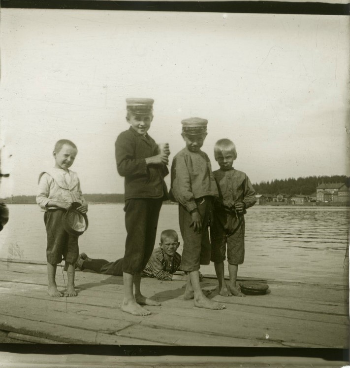 1906. Финские мальчики на пристани. Финляндия, Лаппеэнранта