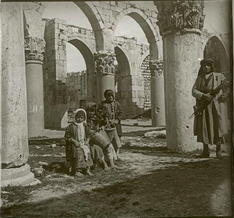 1910. Дети и гид на развалинах в Баальбеке. Громадные колонны акрополя в чудесном коринфском стиле совершенно неуместны в этой хищнически и  нелепо возведенной мечети.  Ливан