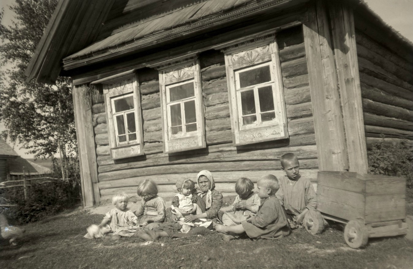 1890-е. Деревенские дети перед избой