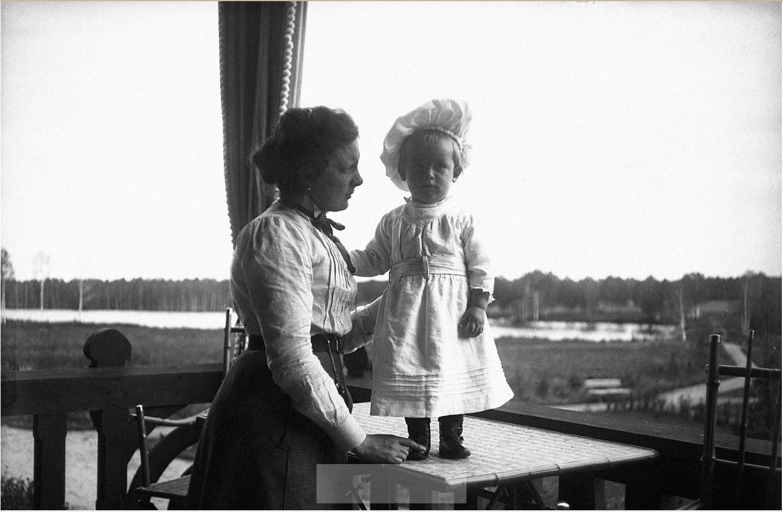 1900. М.В. Востякова с сыном Вадимом
