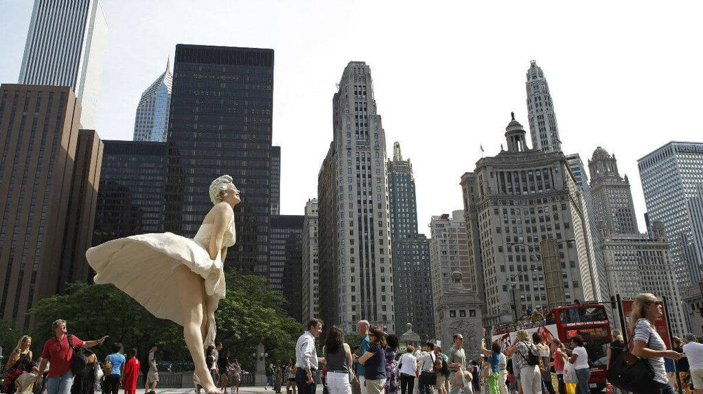 Ogromnaya-statuya-Merlin-Monro-v-CHikago.jpg
