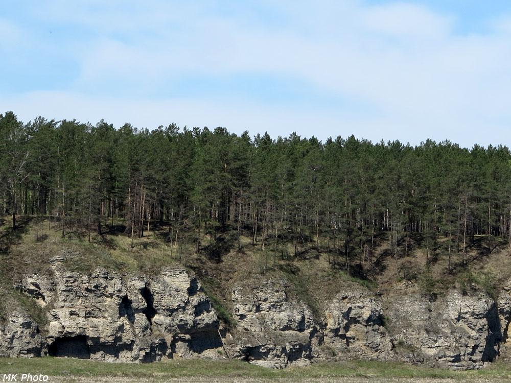 Скалы с нишами на левом берегу