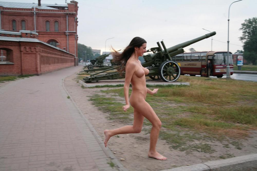 Обнаженная Ольга возле пушек