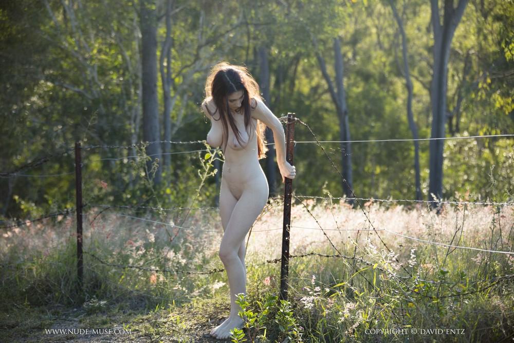 Голая Пенни на прогулке