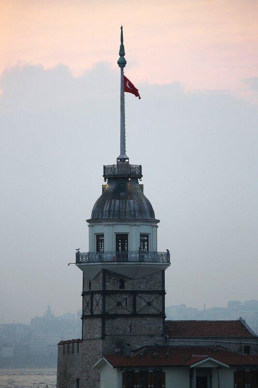 Весенний Стамбул. Девичья башня в вечерних тонах (HDR)