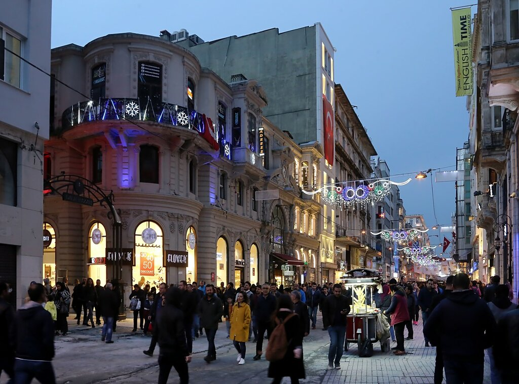 Стамбул, Бейоглу. Вечер на площади Галатасарай (Galatasaray Meydani)
