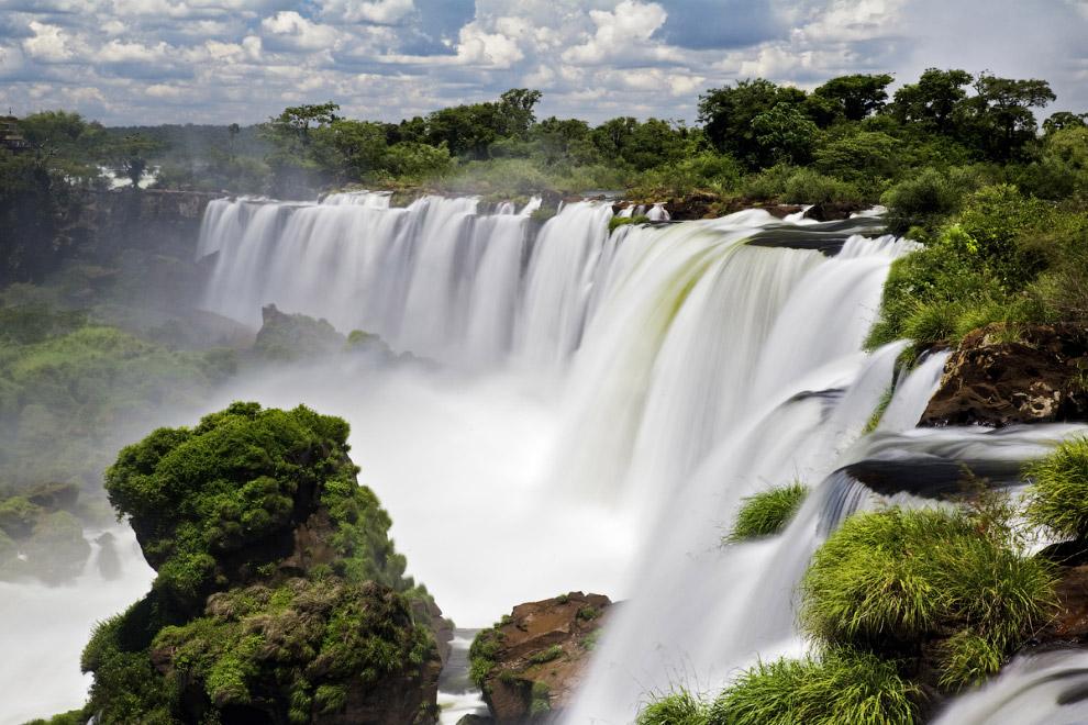 Это уникальное зрелище. Индейцы дали водопаду название «игуасу» — «большая вода». Из европейцев