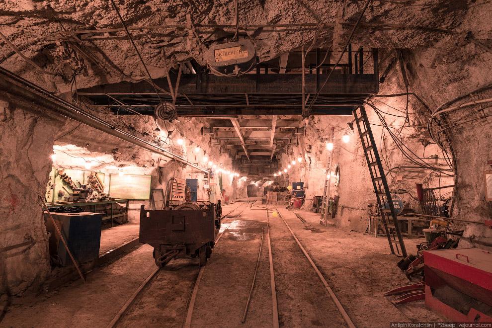 15. Аппарат для проходки вертикальных шахт. Он одновременно бурит шахту и прокладывает рельсы,