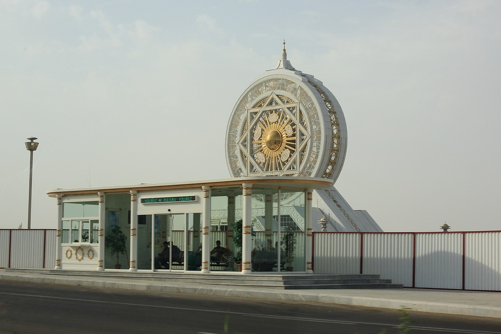 9. За остановкой одно из чудес Туркмении — самое большое в мире крытое колесо обозрения — 95 м. Поче