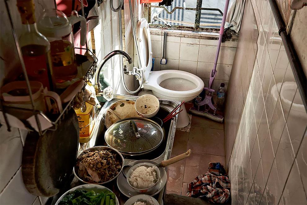 Кухня и туалет в одном помещении.