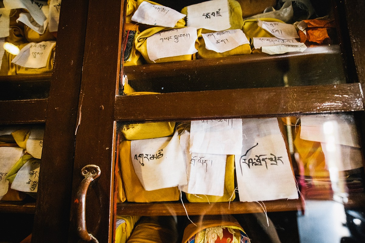 25. Буддийская библиотека отличается от тех, к которым мы привыкли. Книги хранятся завернутыми в спе