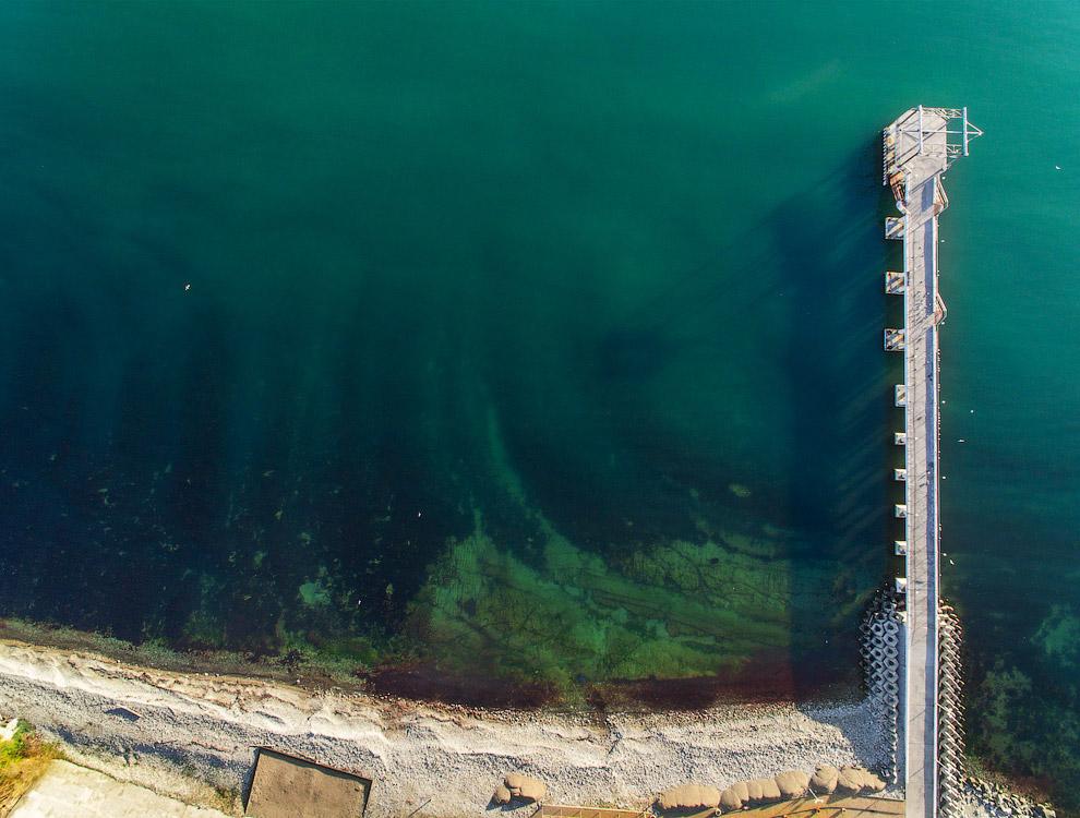 25. Вход в бухту, ширина которого приблизительно равняется морской миле, расположен между двумя
