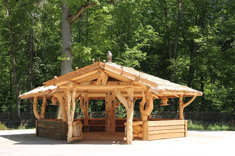 Прекраснейшие примеры деревянного зодчества повсюду.