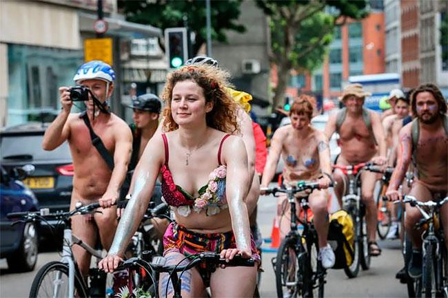 В велопробеге участвуют люди с разным телосложением и цветом кожи, но объединяет их одно — колесный