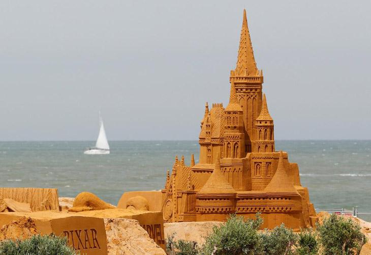 На бельгийском побережье создается около 150 песчаных скульптур.