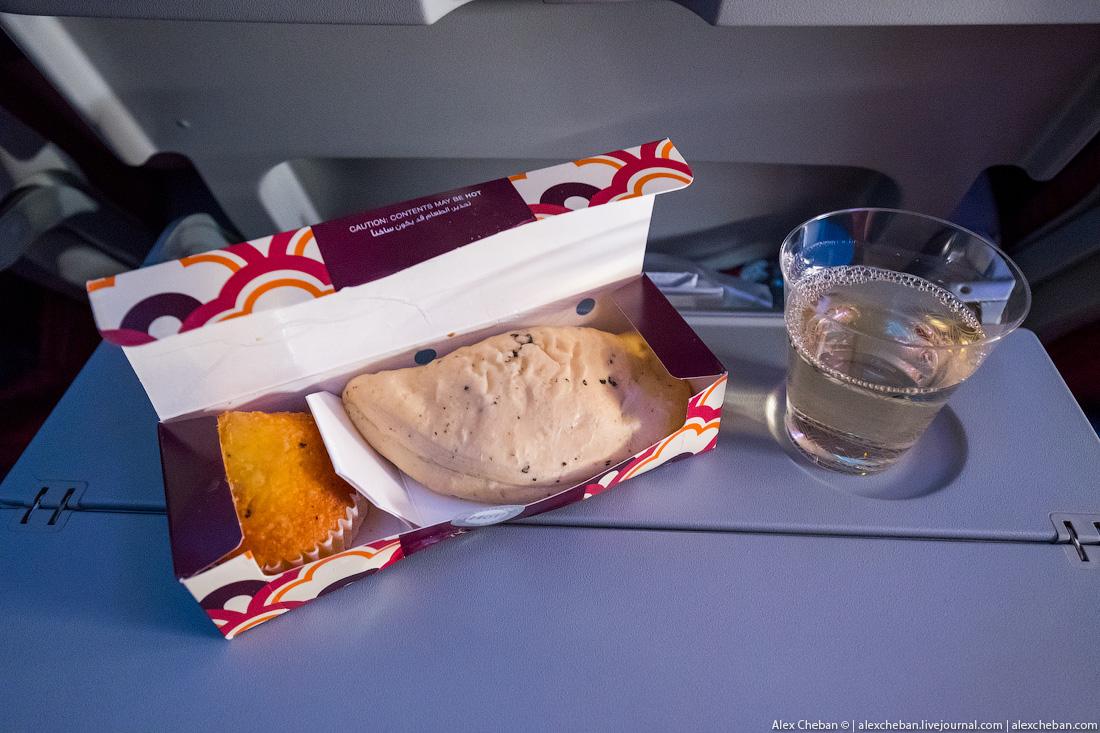 Затем в течение полета дважды предлагают горячие сэндвичи и выпечку.