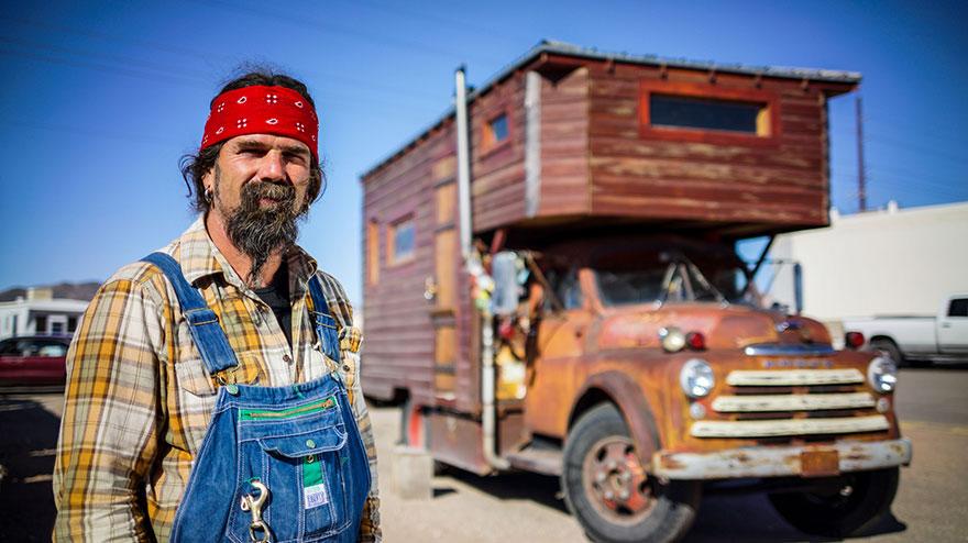 20. Джон построил свое жилище на крыше старой пожарной машины