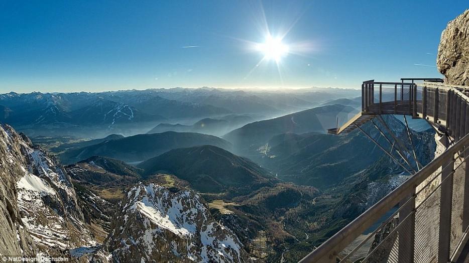 36. На леднике Дахштайн в Альпах находится один из самых высоких мостов в мире. Под ним — лишь пропа