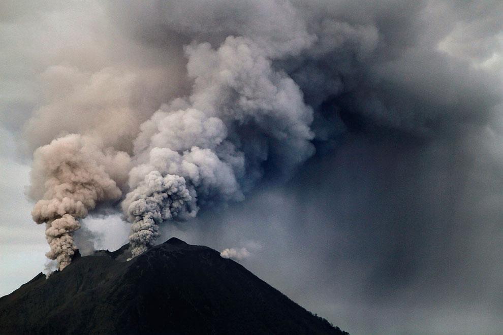 Еще одна фотография извержения горы Синабунг, Индонезия, 18 ноября 2013. (Фото Reuters   Roni B
