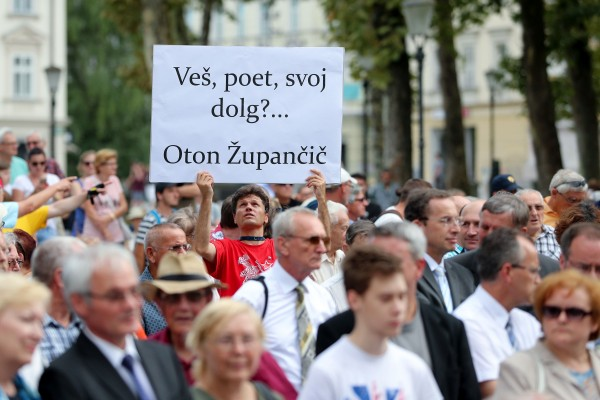 Na Kongresnem trgu so se poklonili žrtvam vojn, ki so prizadele slovenski narod: To je spomenik ljubezni