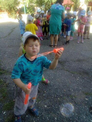 В детском саду «Пчёлка» во всех возрастных группах  прошло развлечение «Мыльные пузыри»
