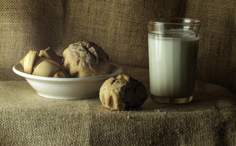 кексы и молоко на столе, натюрморт