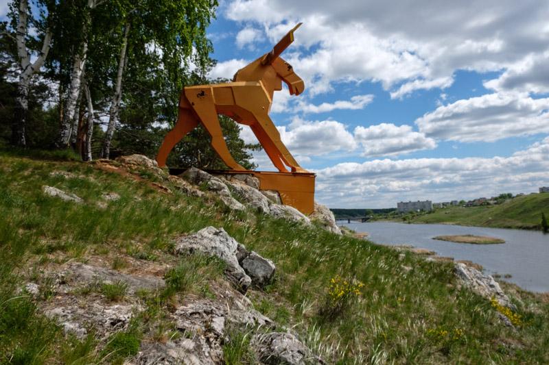 одна из достопримечательностей разгуляевского парка это оранжевый лось на реке Исеть