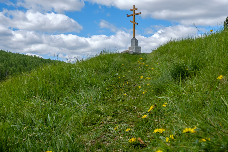 крест на горе, тропа ведущая к кресту на горе