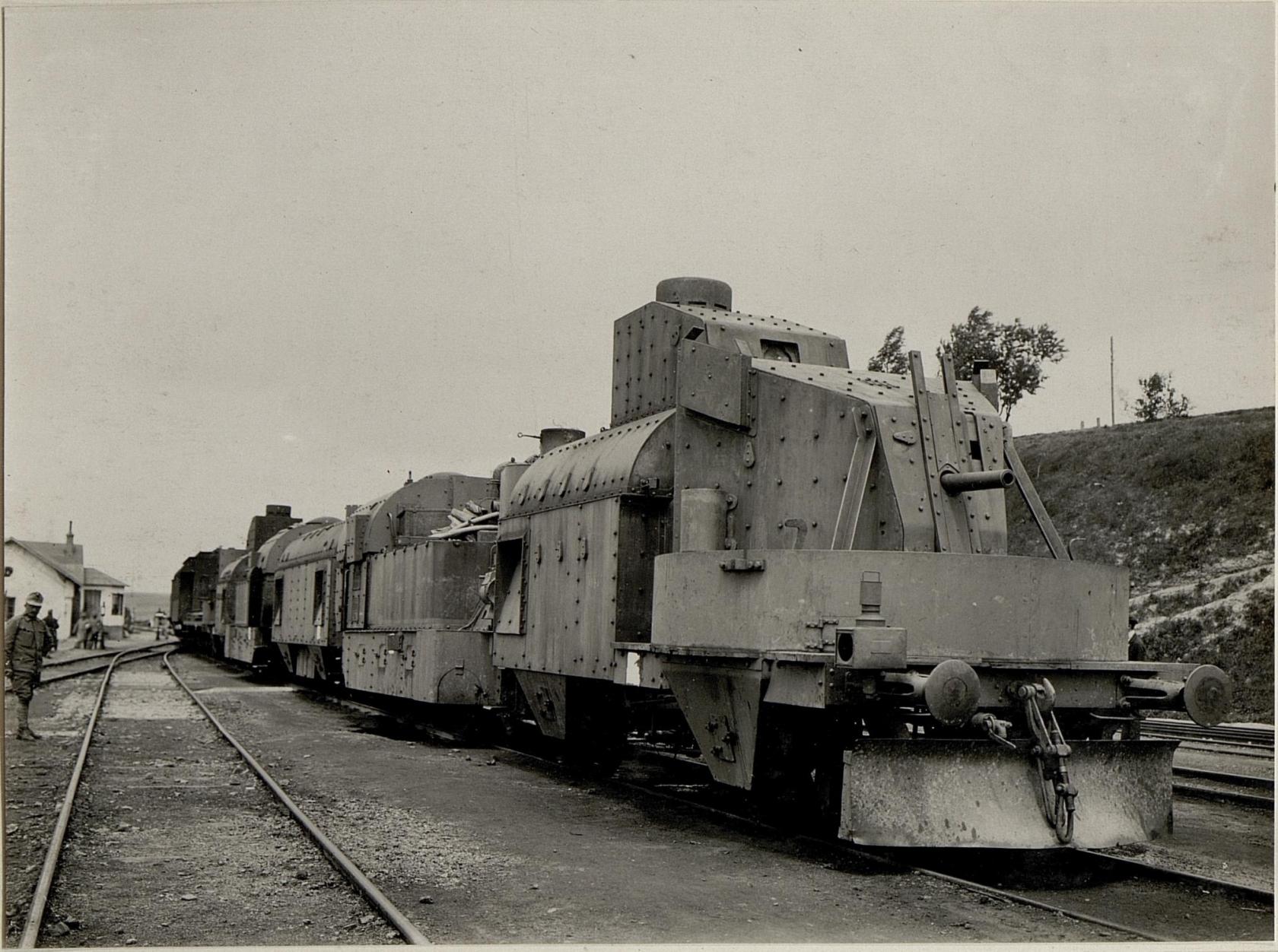 Ein mit Schnellfeuergeschьtzen und Maschinengewehren audgerьsteter Panzerzug der k.u.k.Staatsbahnen bei Zborow