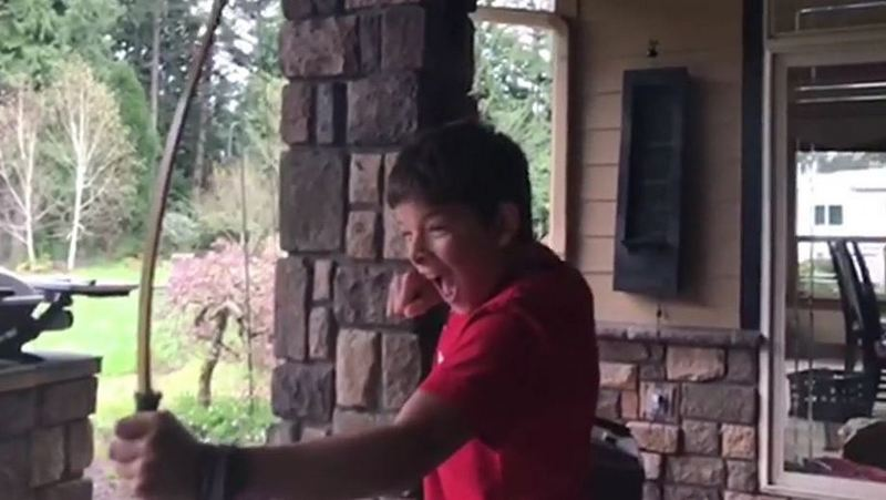 Мальчик вырывает зуб с помощью лука и стрел