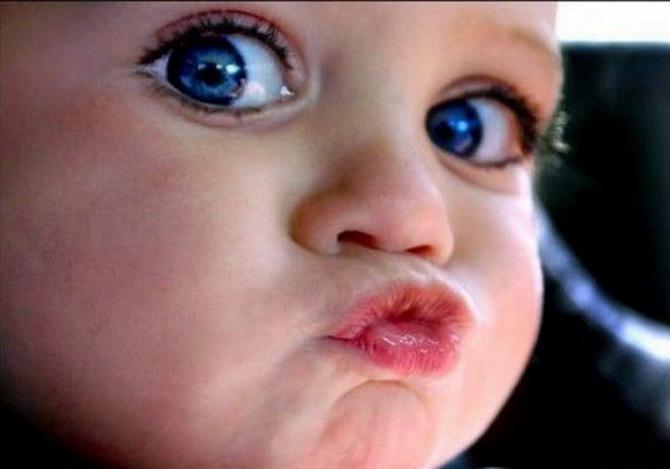 Открытки. С днем поцелуя! Малыш сложил губки для поцелуя