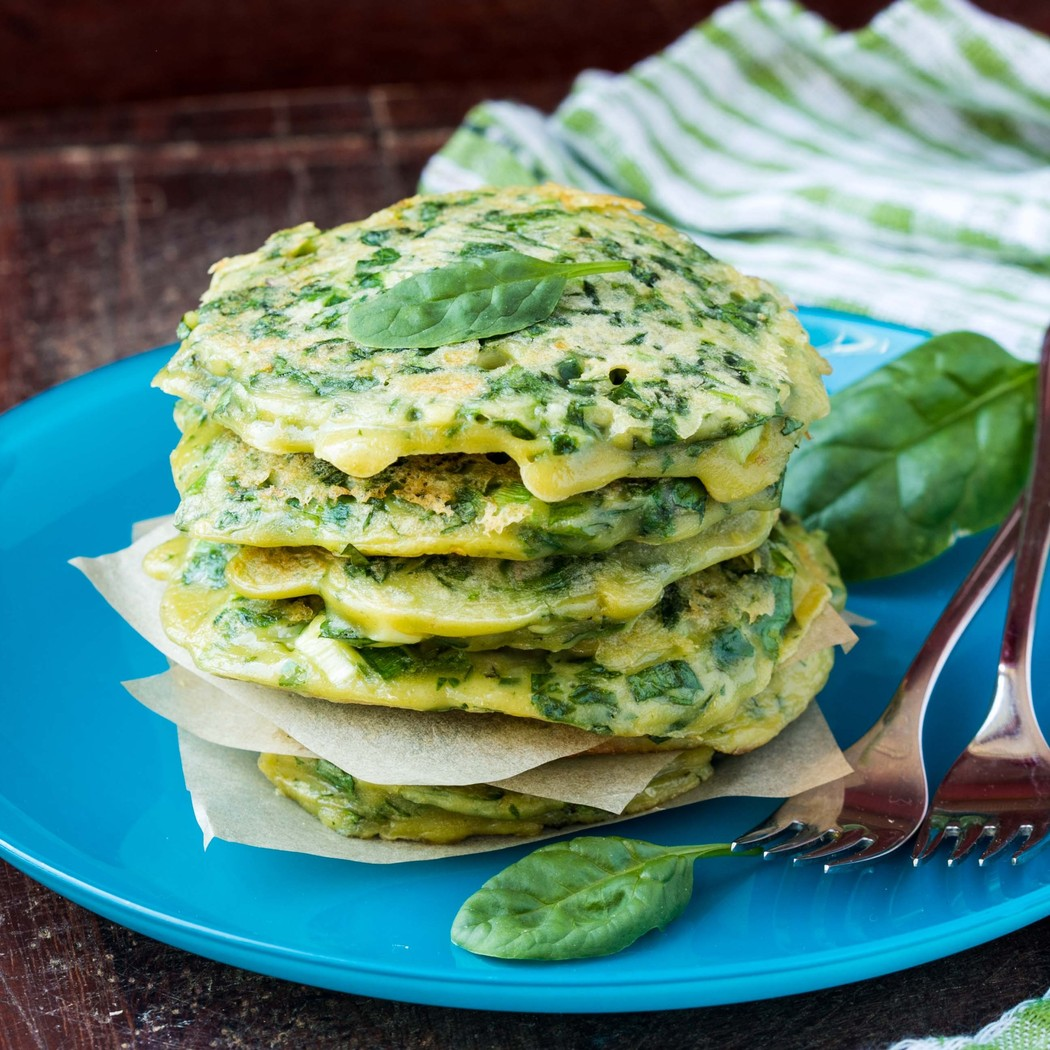 Оладьи со шпинатом и творогом Вам понадобятся: 250 г шпината 250 г мягкого творога 2 яйца 2 ст. л. м
